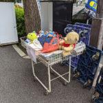 リサイクルショップのワゴンの上のエイリアンのリアルトイ・ストーリー